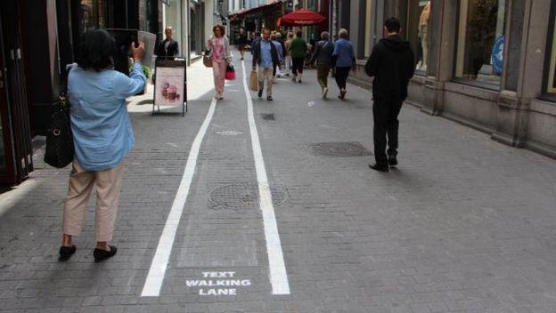 carril peatones con smartphone
